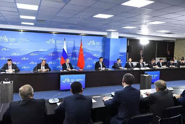 9月11日,国家主席习近平在符拉迪沃斯托克和俄罗斯总统普京共同出席中俄地方领导人对话会。 新华社记者 饶爱民摄