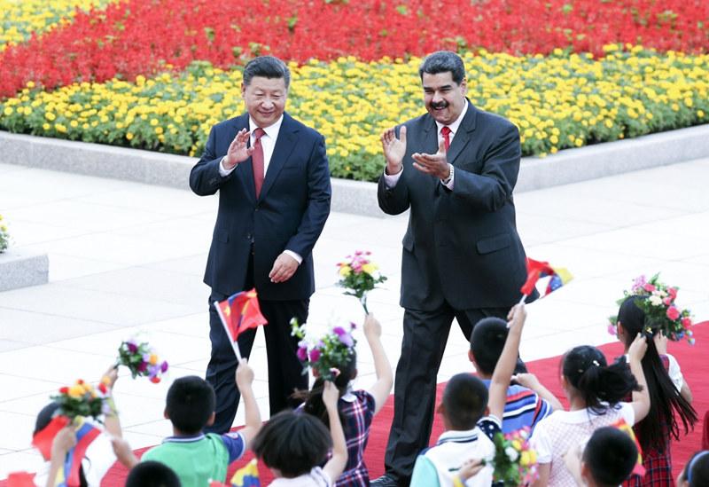 9月14日,国家主席习近平在北京人民大会堂同委内瑞拉总统马杜罗举行会谈。这是会谈前,习近平在人民大会堂东门外广场为马杜罗举行欢迎仪式。新华社记者 姚大伟 摄