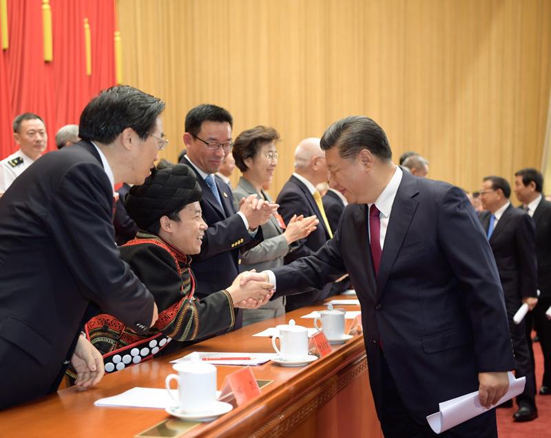 这是中共中央总书记、国家主席、中央军委主席习近平等同与会代表亲切握手。新华社记者 李学仁 摄