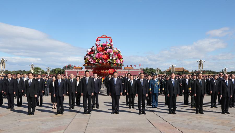 9月30日上午,党和国家领导人习近平、李克强、栗战书、汪洋、王沪宁、赵乐际、韩正、王岐山等来到北京天安门广场,出席烈士纪念日向人民英雄敬献花篮仪式。