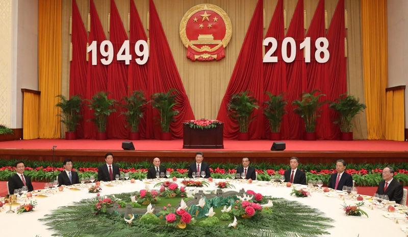 9月30日晚,国务院在北京人民大会堂举行国庆招待会,热烈庆祝中华人民共和国成立六十九周年。习近平、李克强、栗战书、汪洋、王沪宁、赵乐际、韩正、王岐山等党和国家领导人与中外人士欢聚一堂,共庆佳节。
