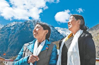 卓嘎(左)、央宗姐妹俩。新华社记者 普布扎西 摄