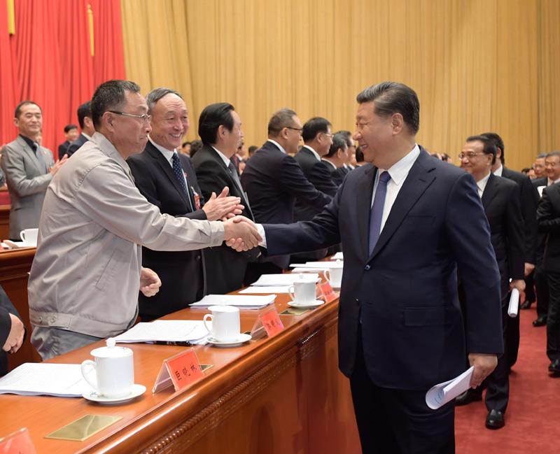 10月22日,中国工会第十七次全国代表大会在北京人民大会堂开幕。这是中共中央总书记、国家主席、中央军委主席习近平等同与会代表亲切握手。新华社记者 李学仁 摄