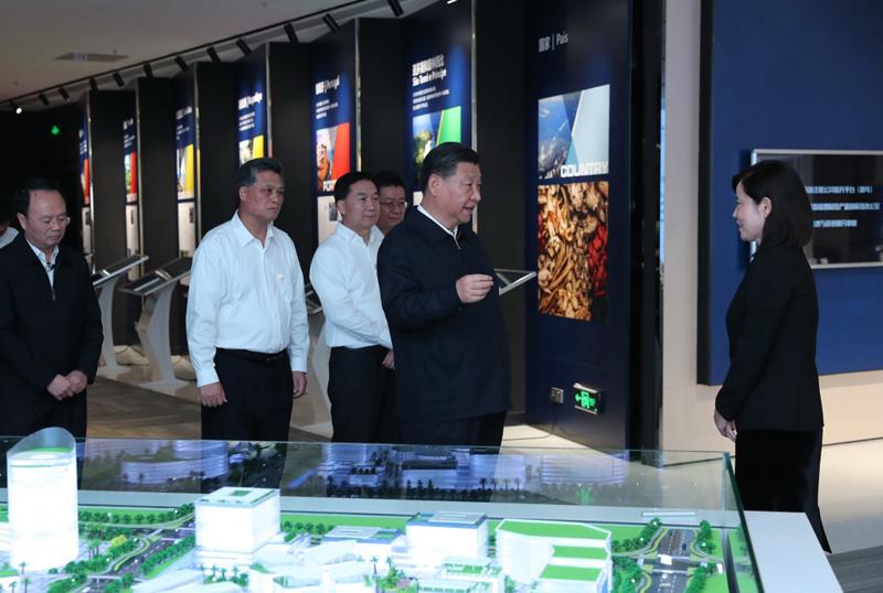 10月22日,习近平在广东珠海考察。这是习近平在横琴新区高新技术片区考察粤澳合作中医药科技产业园。