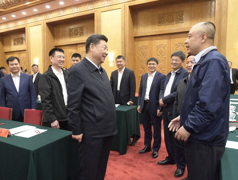 11月1日,中共中央总书记、国家主席、中央军委主席习近平在北京人民大会堂主持召开民营企业座谈会并发表重要讲话。这是习近平同民营企业家们亲切交流。新华社记者 李学仁 摄