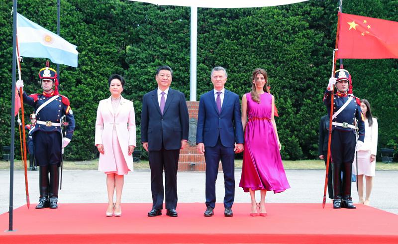当地时间12月2日,国家主席习近平同阿根廷总统马克里在布宜诺斯艾利斯举行会谈。会谈前,马克里在总统官邸荣誉广场为习近平举行隆重欢迎仪式。这是习近平和夫人彭丽媛同马克里和夫人阿瓦达在欢迎仪式上。