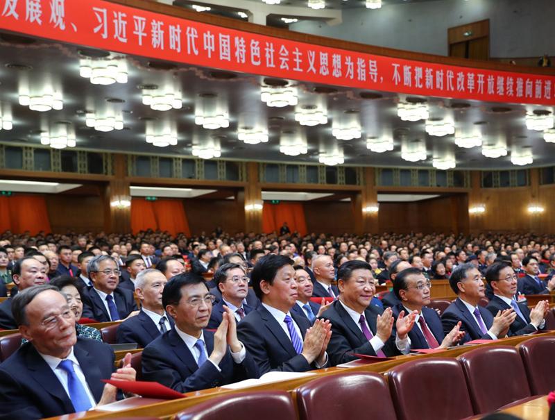 12月14日,庆祝改革开放40周年文艺晚会《我们的四十年》在北京人民大会堂举行。习近平、李克强、栗战书、汪洋、王沪宁、韩正、王岐山等党和国家领导人,与3000多名观众一起观看演出。