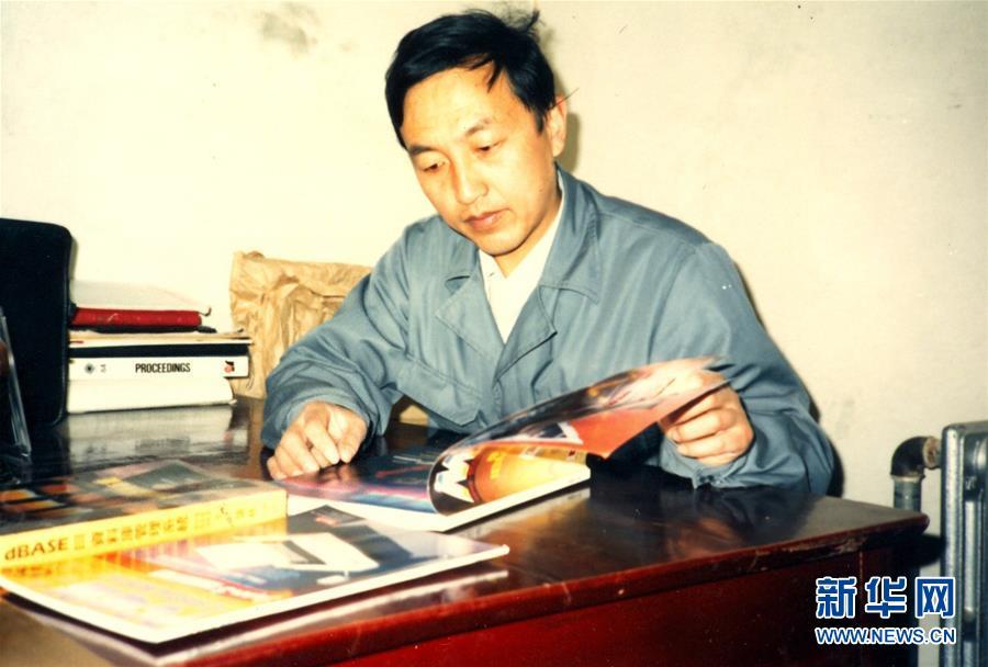 这是柳传志早年工作照片(资料照片)。