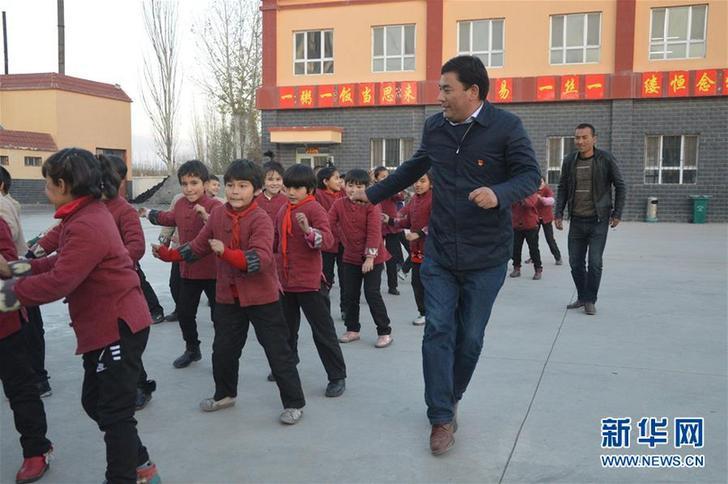 库尔班·尼亚孜带领学生开展课外活动(资料照片)。