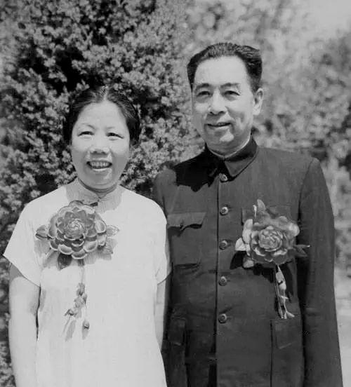 1950年8月8日中南海西花厅,两人结婚二十五周年留影。