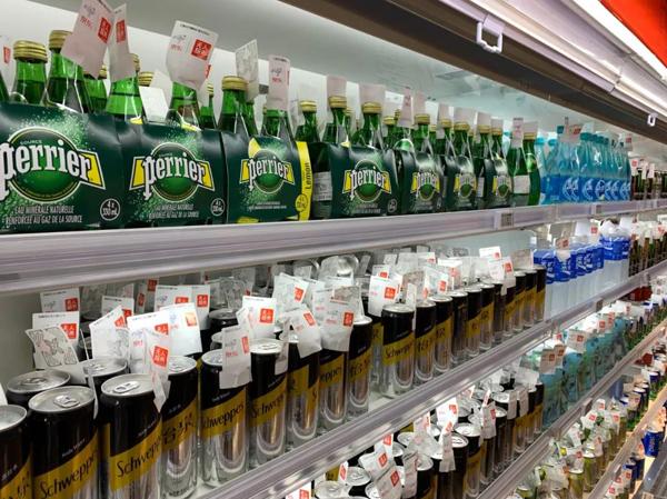 无人超市里每件商品都贴有专属的价格芯片。(央视记者卢心雨拍摄)