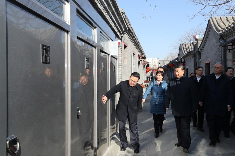 2月1日,中共中央总书记、国家主席、中央军委主席习近平在北京看望慰问基层干部群众,考察北京冬奥会、冬残奥会筹办工作。这是1日上午,习近平来到前门东区,沿草厂四条胡同步行察看街巷风貌。新华社记者 鞠鹏 摄