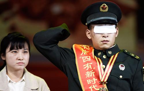 """2019年1月25日,陆军首届""""四有""""新时代革命军人标兵颁奖仪式现场,标兵、扫雷英雄杜富国举起断臂向战友敬礼。"""