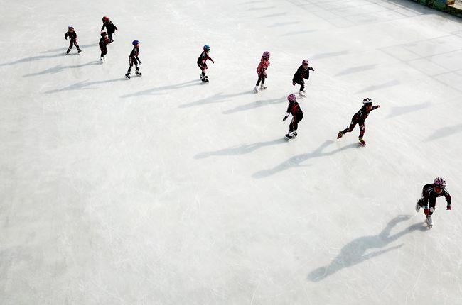 1月9日,北京延庆太平庄中心小学学生练习滑冰。 新华社记者张晨霖摄
