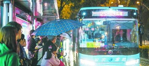 昨晚,公交站台挤满了避雨等车的人。
