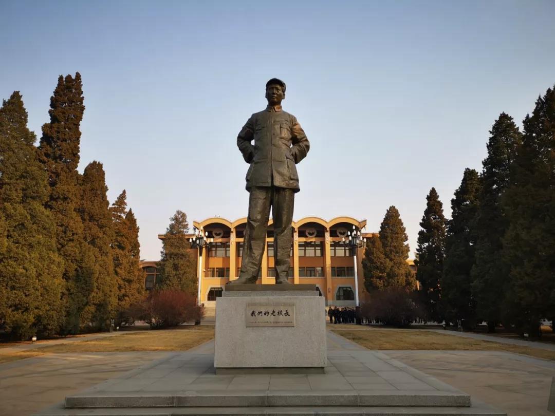 △礼堂前的毛泽东雕像。毛泽东曾在1943年到1947年间担任中共中央党校校长。(央视记者张晓鹏拍摄)