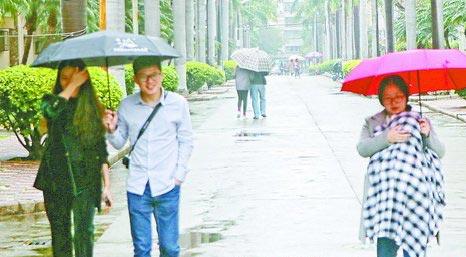 3月3日,阴雨绵绵,市民撑伞出行。