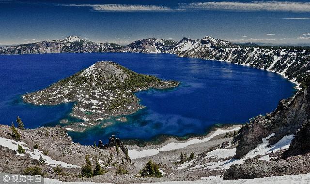 火山口湖(Crater Lake)是美国最深的湖泊,位于美国西北部喀斯喀特山脉南段,轮廓近似圆形,是世界自然奇观之一。火山口湖长9.5千米左右,深589米,是美洲大陆第二深湖。由于湖水非常清澈,湖泊总是呈深蓝色,水温保持在13℃以下,已知的湖泊冰冻也只发生过一次。