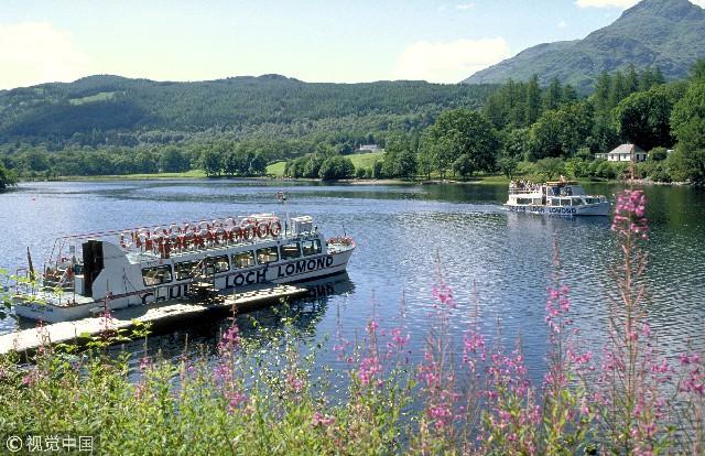洛蒙德湖,英国苏格兰最大的湖泊。位于苏格兰高地南部,南端距格拉斯哥27公里。四周被山地环绕,南部略成三角形。洛蒙德湖与格拉斯哥、克莱德赛德等城市联系密切。湖滨建有别墅,旅游业兴盛。有巴勒赫、阿德卢伊等湖滨游览地。