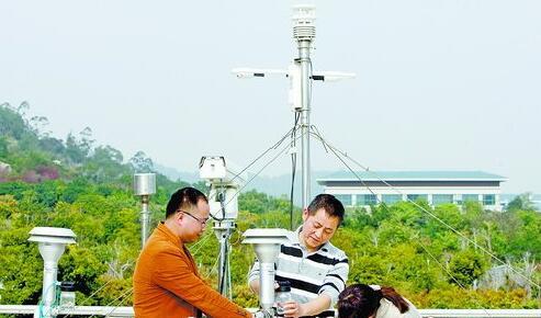 福建省厦门环境监测中心站空气质量预警预报团队正在开展数据采集工作。