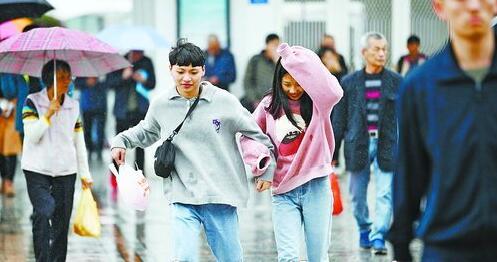 有的行人忘记带伞,只好在雨中小跑。