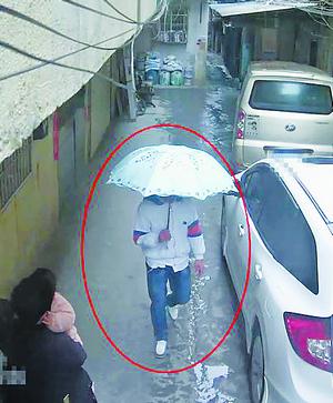盗窃手机破解密码,将绑定在微信银行卡内的钱转走的盗窃犯罪嫌疑人何某航。图为其在洪文石村内伺机作案。(视频截图)
