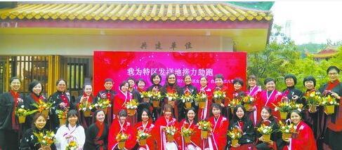 参加活动的女台商、台胞手持插花作品在仙岳书院前留影。(湖里区台办供图)