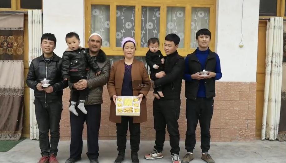 马麦志一家人。(站在中间的是马麦志和他妻子)