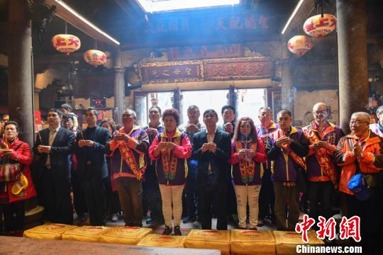 """3月15日,来自台湾南投溪头龙山庙的240位妈祖信众,首次回""""妈祖故里""""湄洲妈祖祖庙谒祖进香。徐国荣摄。"""
