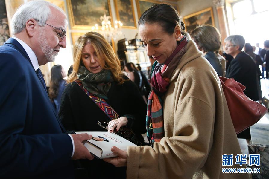 3月20日,在意大利首都罗马,嘉宾在《习近平谈治国理政》中意读者会上观看《习近平谈治国理政》。 新华社记者 郑焕松 摄