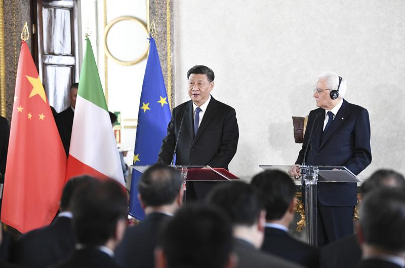 3月22日,国家主席习近平在罗马和意大利总统马塔雷拉一道会见出席中意企业家委员会、中意第三方市场合作论坛、中意文化合作机制会议双方代表。