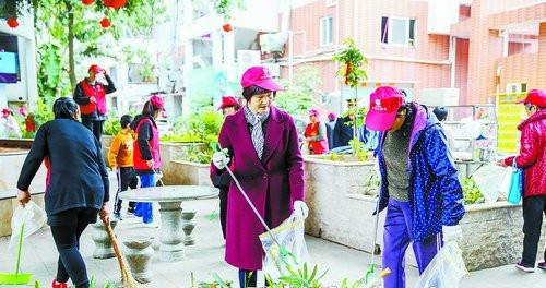 在小区党支部的引领下,小区党员、居民和志愿者一起动手扮靓家园