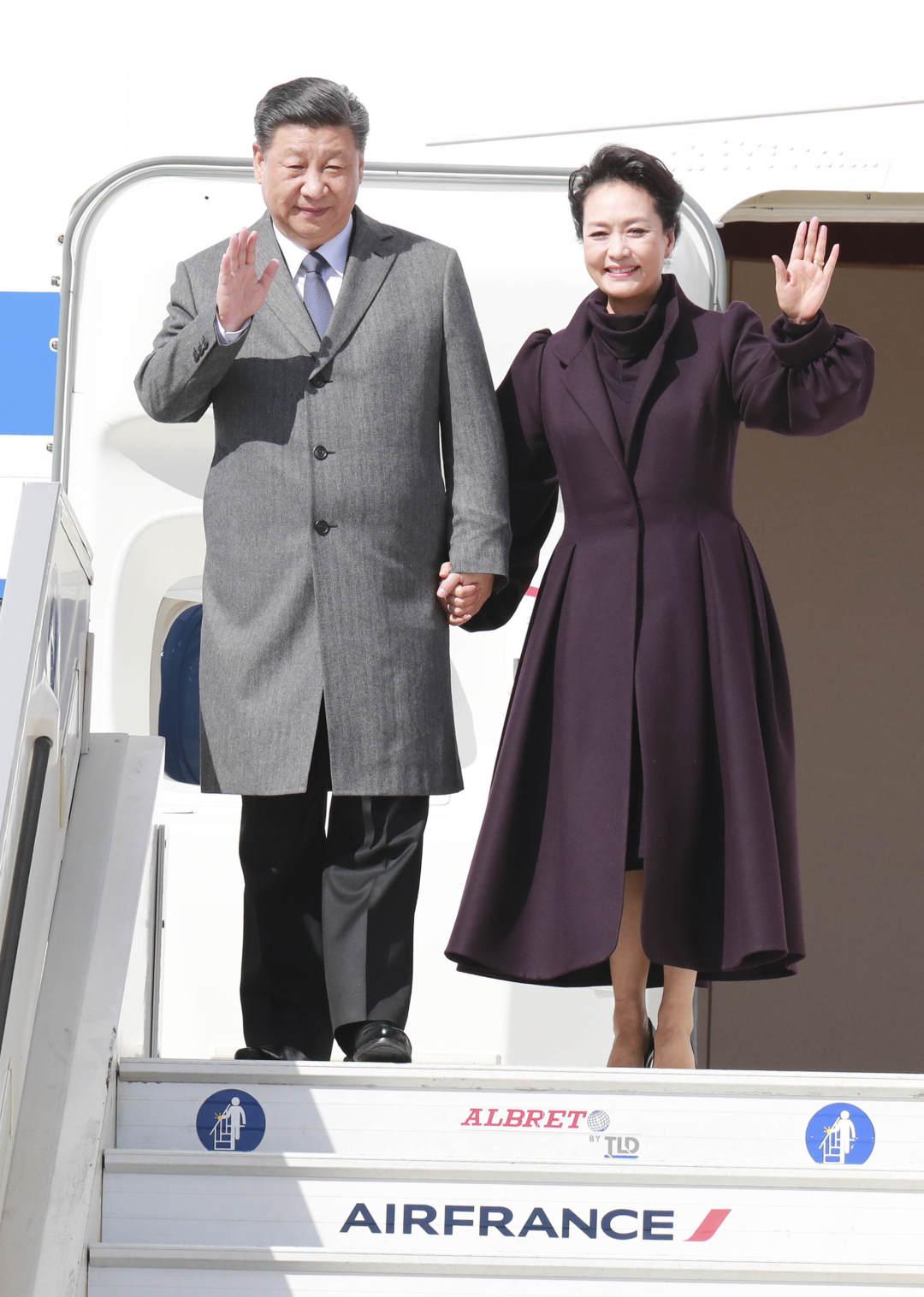 3月25日,国家主席习近平在巴黎爱丽舍宫同法国总统马克龙会谈。当日上午,习近平结束在尼斯的行程,乘专机离开尼斯赴巴黎,继续对法国进行国事访问。这是习近平和夫人彭丽媛抵达巴黎戴高乐机场。新华社记者 丁林 摄
