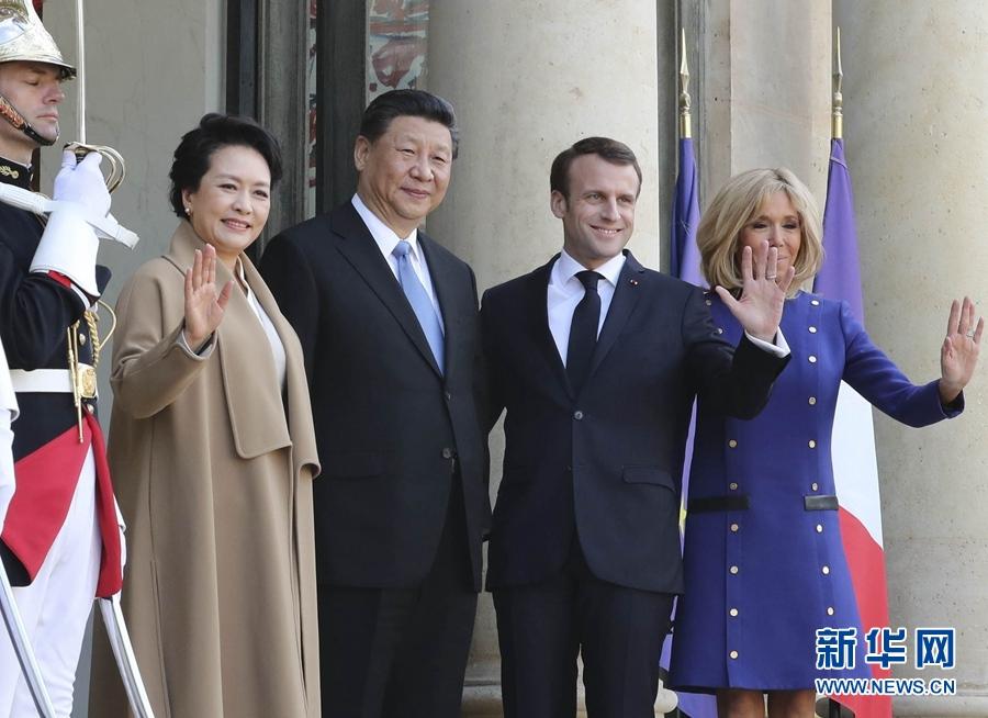 3月26日,国家主席习近平结束对法国的国事访问。离开巴黎前,习近平和夫人彭丽媛出席法国总统马克龙夫妇在爱丽舍宫举行的隆重欢送仪式。这是习近平和彭丽媛同马克龙夫妇亲切话别,合影留念。新华社记者 丁林 摄