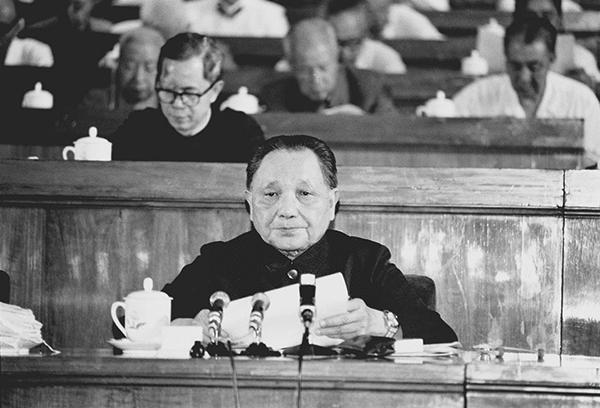 """1982年9月1日至11日,中国共产党第十二次全国代表大会在北京举行。邓小平致开幕词。他在开幕词中明确提出了""""建设有中国特色的社会主义""""的重大命题。图为邓小平在大会上致开幕词。 新华社发"""