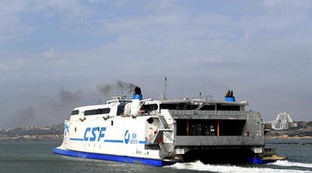 """资料图:""""海峡号""""载着旅客从福建平潭澳前码头驶向台湾。"""
