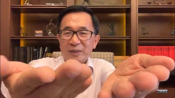 """陈水扁在脸谱网上播放3分多钟的影片,用""""会抖""""的右手和正常的左手做比较,强调他的右手每秒抖6.6次不是假。(图片取自台媒)"""