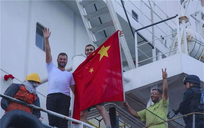 叙利亚船员披着中国国旗