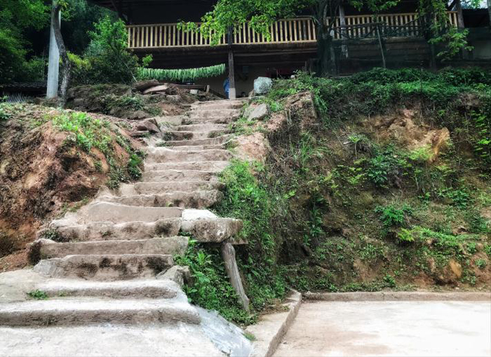 通往华溪村贫困户谭登周家的石阶狭窄陡峭。