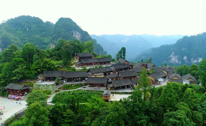 群山环绕的十八洞村