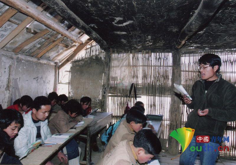 在贵州支教期间,徐本禹在漏风的教室里给学生上课。