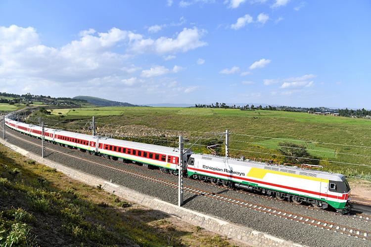 2016年10月3日,在埃塞俄比亞首都亞的斯亞貝巴附近,一列試運行列車在中國企業建設的亞吉鐵路上行駛。