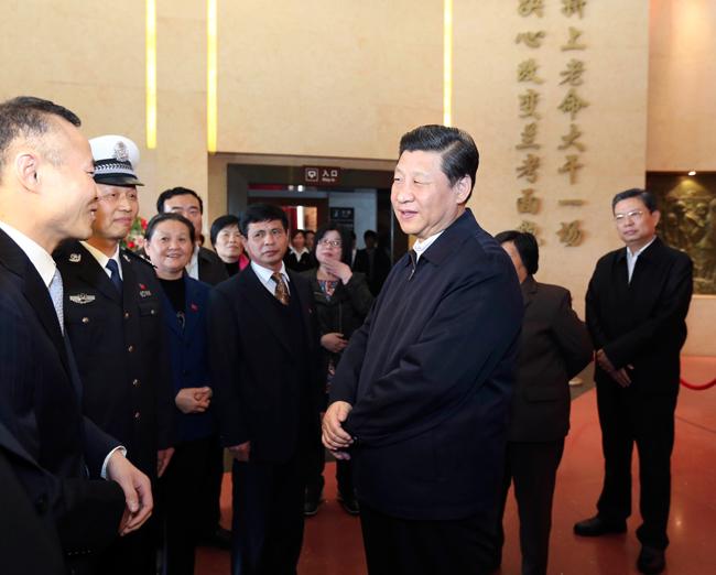 2014年3月17日,习近平在参观焦裕禄同志纪念馆时同焦裕禄亲属和基层模范干部代表亲切交流。
