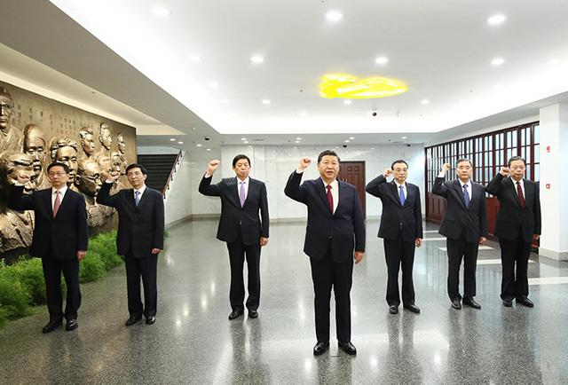2017年10月31日,习近平带领其他中共中央政治局常委同志一起重温入党誓词。