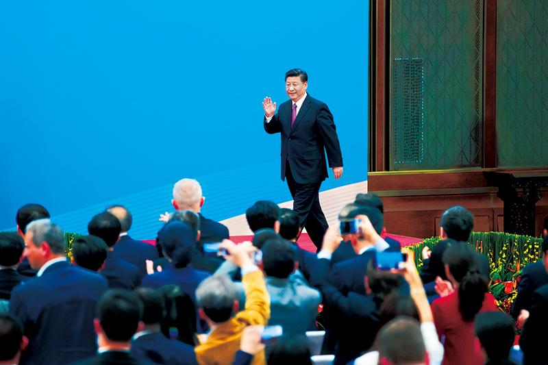 """2019年4月27日,第二届""""一带一路""""国际合作高峰论坛在北京雁栖湖国际会议中心举行圆桌峰会,国家主席习近平主持会议并致开幕辞。圆桌峰会闭幕后,习近平会见中外记者,介绍第二届""""一带一路""""国际合作高峰论坛圆桌峰会情况和主要成果。这是习近平步入记者会现场。"""