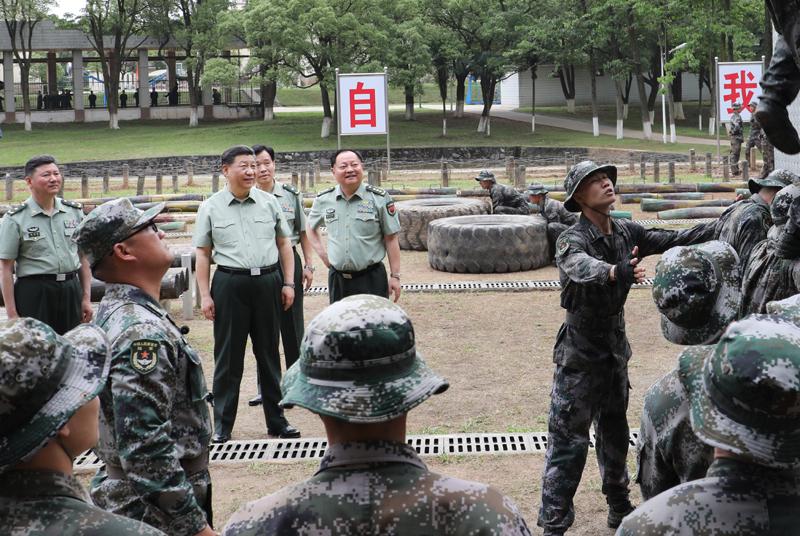 5月21日,中共中央总书记、国家主席、中央军委主席习近平到陆军步兵学院视察。这是习近平观看学员进行极限训练。