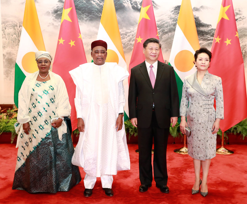 5月28日,国家主席习近平在北京人民大会堂同尼日尔总统伊素福举行会谈。这是习近平和夫人彭丽媛同伊素福夫妇合影。新华社记者 庞兴雷 摄