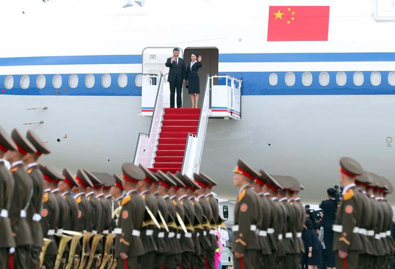 6月20日,中共中央总书记、国家主席习近平乘专机抵达平壤,开始对朝鲜民主主义人民共和国进行国事访问。朝鲜劳动党委员长、国务委员会委员长金正恩和夫人李雪主到机场热情迎接习近平和夫人彭丽媛。朝方在机场举行隆重欢迎仪式。新华社记者 刘卫兵 摄