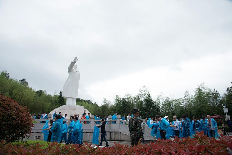 学员缓缓绕行毛主席雕像