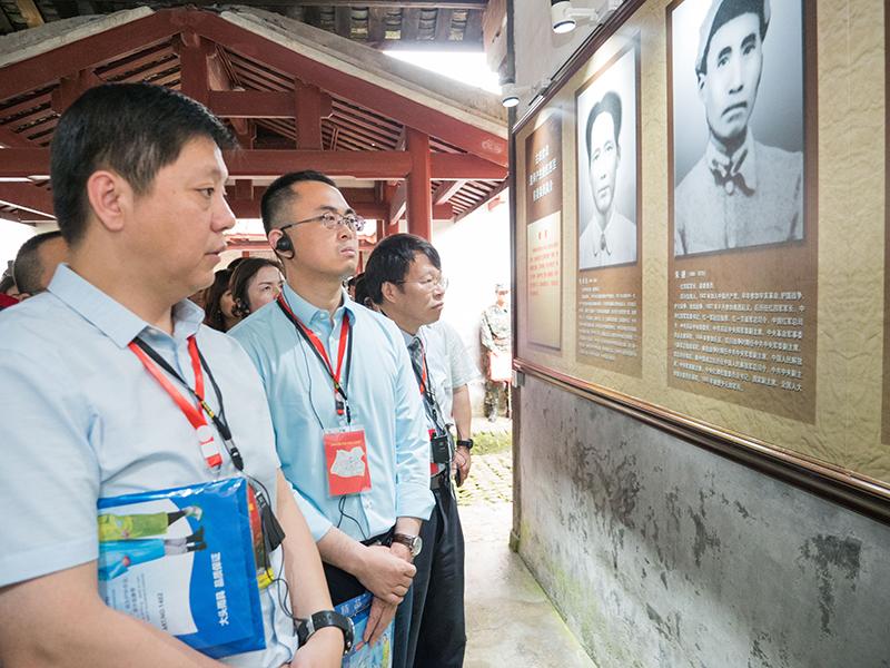 学员在看古田会议选举产生的新前委的简介